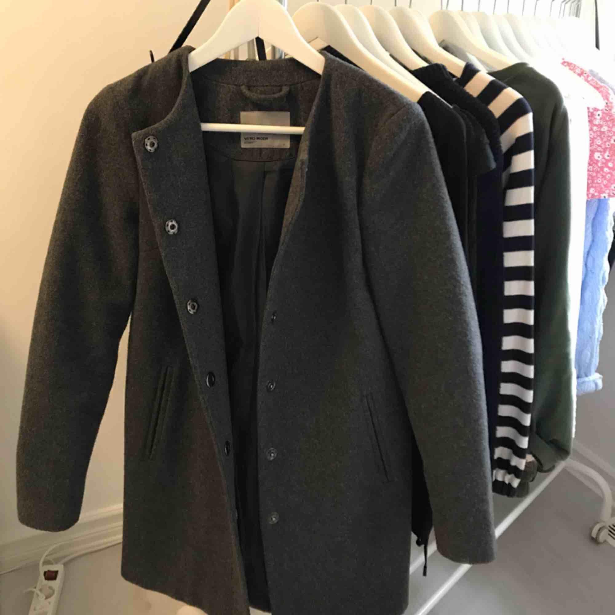 Mörkgrå kappa från Vero Moda med 25% ull! Det var min favoritkappa förut men använder den aldrig längre och hoppas därför att någon annan kan få bättre användning för den, frakt ingår i priset :) . Jackor.