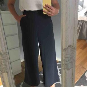 Väldigt fina trekvartslånga byxor från H&M,använda ganska mycket,men fint skick.Frakt 50kr💞💞TAR SWISH