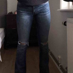 Assköna crocker jeans i storlek 26. Flare/bootcut i modellen med slitningar på knäna. Frakt står köparen för.