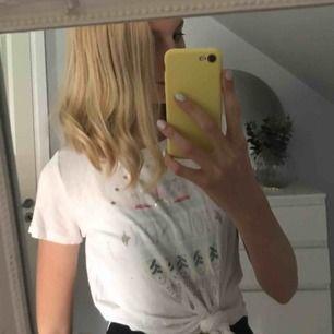 Väldigt fin T-shirt från Hollister,Aldrig använd.Frakt 25kr,TAR SWISH💞💞