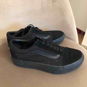 Säljer dessa nästan nya skor pga det passar inte min stil längre! Köpta för några månader sen och nu behöver dem en ny ägare! Obs dem är plattform!