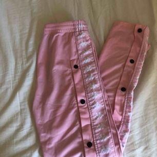 """Säljer mina gamla favoritbyxor! Säljer mina rosa popperpants från """"kappa"""" i storlek XS. Inköpta på madlady för ca 2 år sedan och är sparsamt använda! Själva kappa-märket är tyvärr borta det var löst redan när jag fick byxorna men hann inte reklamera då!🥰"""