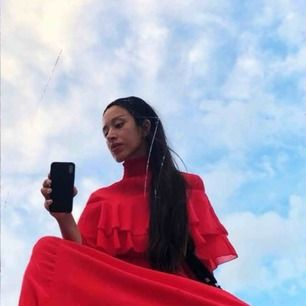 Så fin klänning i toppskick. Den är röd som på bild 1.  Märkt som en strl XS, men passar mig som är en stor S. Rekommenderar att du är över 162 lång om du inte vill lägga upp den. Vid fler intressenter vinner högstbjudande klänningen.