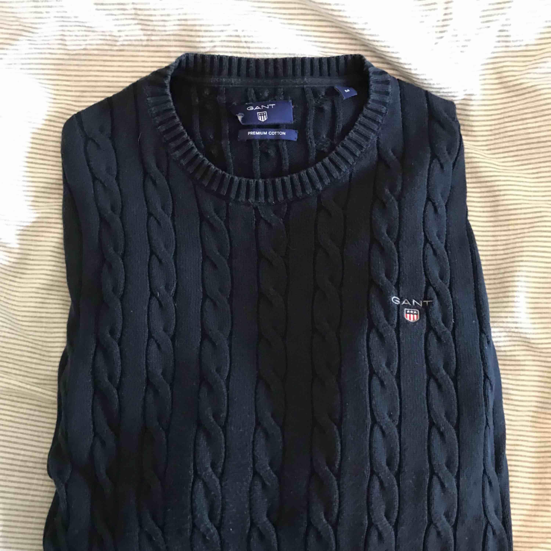 Kabelstickad tröja från Gant i storlek M . Tröjor & Koftor.