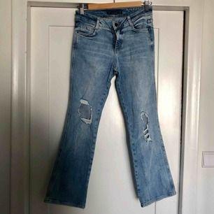 Ljusa blå kick flare jeans ifrån Zara med hål på. Använda en gång. Sitter bra. Stretchiga. Kan mötas upp eller skicka för 50kr.😊