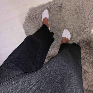 Plisserade tygbyxor i rad modell från Gina Tricot som är super sköna. Använda endast ett fåtal gånger, i mycket gott skick