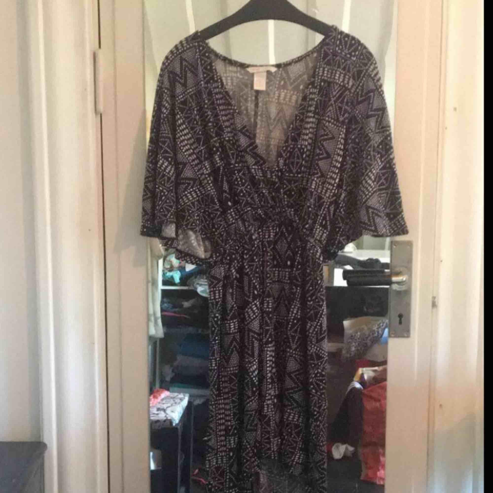 Jättefin klänning som jag säljer pga att den inte passar mig längre. Sitter snyggt på och har en bra längd men är lite kort på mig som är ca 170. I skick som ny. Färgen är blå/svart. Köparen står för frakten. . Klänningar.