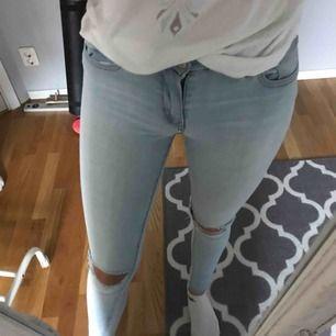 Väldigt fina men tyvärr slitna jeans som man kan se på 2 bilden.Ut över det är de väldigt fina och sitter sjukt bra.Frakt 50kr.TAR SWISH💞💞