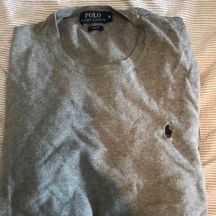 Ralph Lauren tröja i grått, med blått märke i storlek M