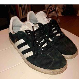 Svarta och vita Adidas Gazelle, bra skick men använda; se bilder. Putsar upp dom innan köp.  Kan mötas upp eller skicka för 75kr.😊
