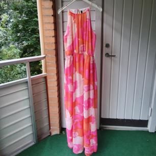 Flerfärgad långklänning med slits. Perfekt för fina sommardagar. Storlek L.