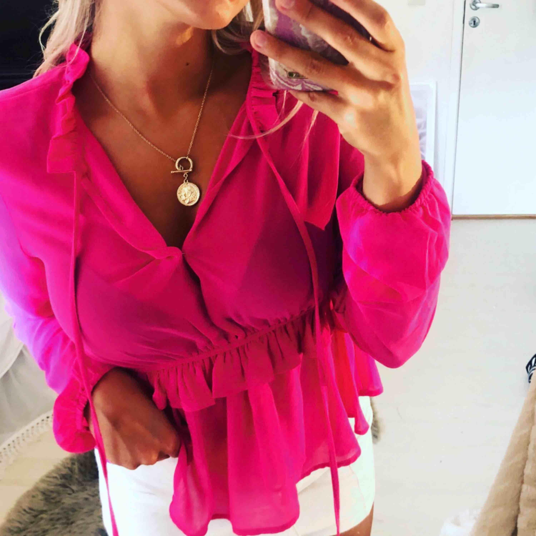 Snygg rosa blus från bikbok i nyskick. Använd 2-3 ggr. (Även kjolen är till salu!). Blusar.