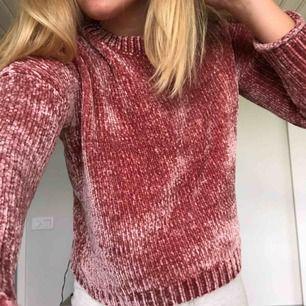 Mouverosa stickad tröja i någon form av sammet? Iaf väldigt mjuk och skön, superhärlig i modellen. Storlek S.