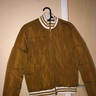 Säljer denna jackan från forever 21. Jackan passar inte mig längre , har bara använt 3 gånger 😩. PS : köparen står för frakt 🤠🤠