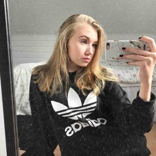 Adidas sweatshirt i fint skick!! -nypris 499kr, mitt pris 199kr -storlek XS/S