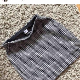 Ny kjol i svart,vit,grå och ljusrosa Bilder från min instabloppis @schonbloppis