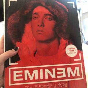Bok om eminem där man får veta mer om honom och hans låtar, väldigt intressant om man är ett fan av honom. Frakt tillkommer💕