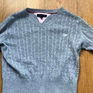 En superfin tröja från Tommy Hilfiger i jättebra skick, kommer ej ihåg vad den köptes för dock. Använd fåtal gånger. Det står att storleken är 12, så skulle säga att det motsvarar XS. Kan mötas upp i Sthlm eller frakta, då står köparen för frakten❤️