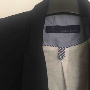 Mörkblå blazer. Använt skick men fin. Från Zara Basic.  📬 Frakt 63 kr.