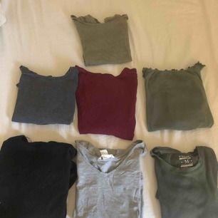 Säljer 7 st tröjor! 3 st militärgröna (H&M, New yorker, Hollister) 1 vinröd långärmad med korsrygg, en grå t-shirt från H&M, en svart ribbad långärmad tröja från gina tricot och en grå ribbad tröja från Åhléns🥰 20kr/styck elr 100kr för alla🥰