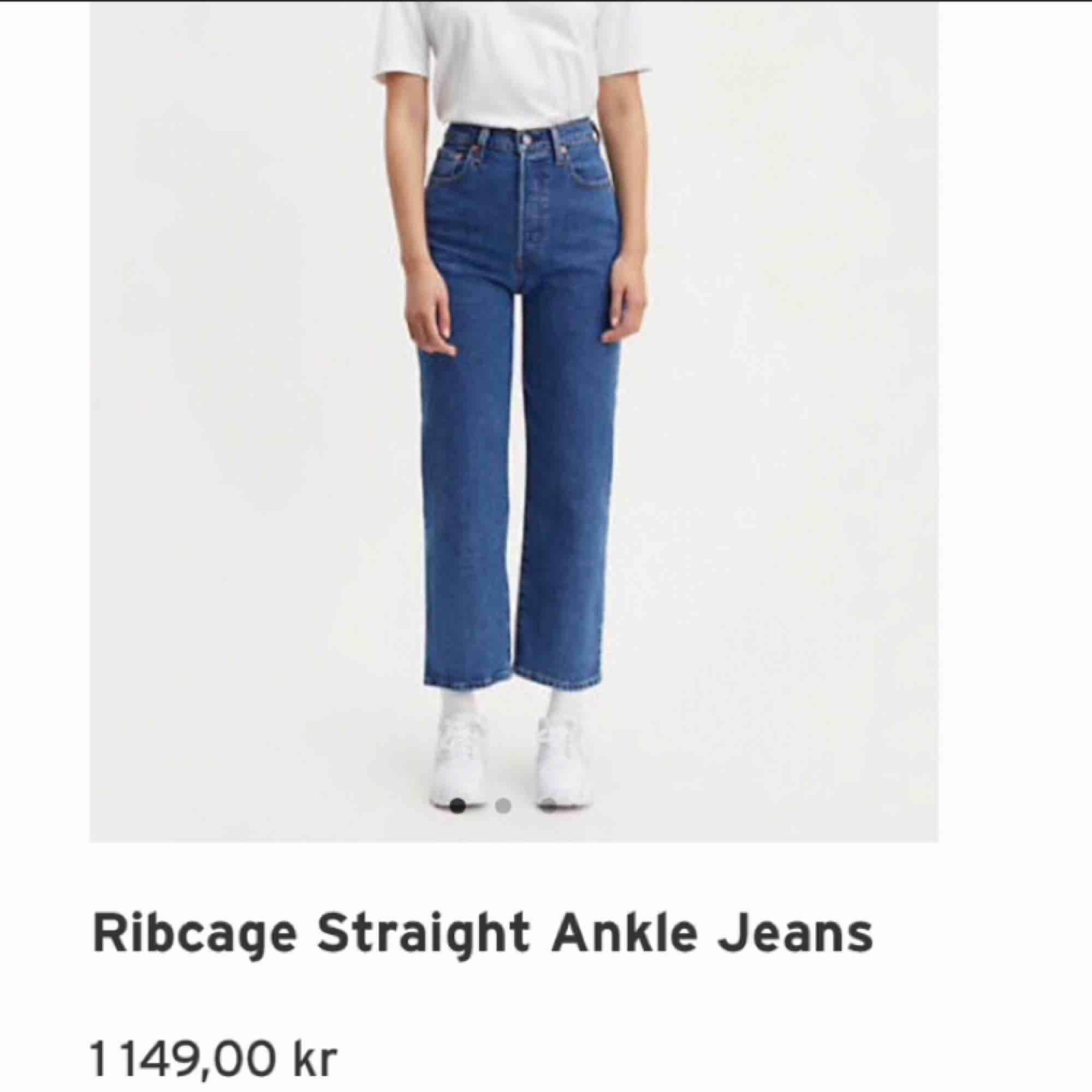 jättefina Levis jeans från Levis! Strl 24, frakt står köparen för! Använda ca 10 ggr och är i fint skick. Säljs då de har blivit för små som då är jättesynd! Hör av dig om du vill ha bilder på de! Köpta för 1149kr. Jeans & Byxor.