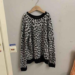 Cool tröja från vans i storlek s, svarta kanter. Säljer pga inte min stil