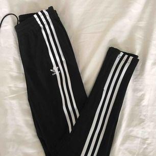 Ett par helt nya byxor från adidas. Helt oanvända till och med lappen kvar. Inköpta för 799 men satt inte så bra på mig och därav säljer jag dem nu!! Köpare står för frakt!!❤️❤️😊