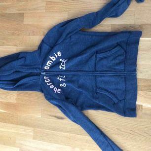 En superfin tröja från Abercrombie. Säljer pga kommer inte riktigt till användning. Står att storleken ör XL, men det ör i barnstorlekar, så det motsvarar ungefär XS❤️
