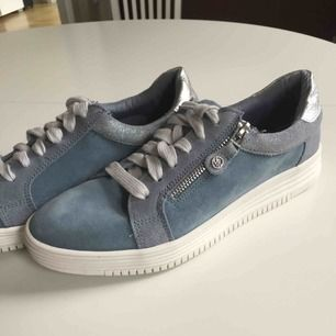 Helt nya skor!!🌸 Säljer dessa åt min mamma då hon gjort ett felköp. Nypris 700:- , köparen betalar frakt på cirka 80:-