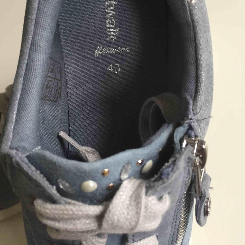 Present till din mamma kanske?💗 Helt nya skor!!🌸 Säljer dessa åt min mamma då hon gjort ett felköp. Nypris 700:- , köparen betalar frakt på cirka 80:- . Skor.