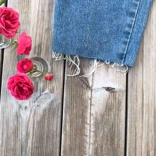 WRANGLER JEANS!!! Fin slitning där nere och snygga fickor. Härlig blå färg! För stora på mig som har 38 i byxor:,(. FRAKT INGÅR i priser
