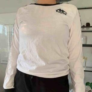 Kappa tröja i storlek M. Köpt från Junkyard. Använd få gånger, fint skick.