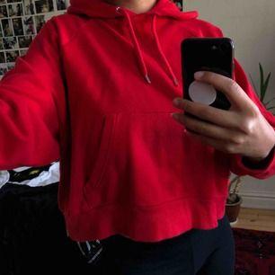 Croppad hoodie använd 1 gång. Möts upp i centrala Stockholm annars står köparen för frakt:)