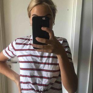 En fin randig tröja ifrån HM med knut nertill, säljer den på grund av att den är lite för liten och matchar inte mina andra klädesplagg i garderoben. Jag kan mötas upp i Sthlm och även frakta om det skulle behövas, då står köparen för frakten❤️
