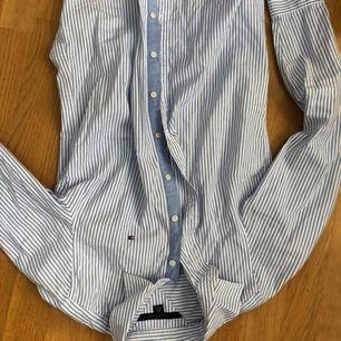 Denna Tommy Hilfiger skjortan är i fint skick och är nästan inte alls använd, jag har alltså använt denna skjorta några fåtal gånger. Jag säljer den för att den är alldeles för liten. Jag kan mötas upp i Sthlm och frakta, då står köparen för frakten❤️