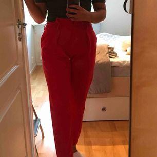 Röda kostymbyxor, går in vid smalbenen Storlek M passar mig som vanligt har 38/40 i byxor Fickor fram och fejksydda baktill Får ständigt komplimanger för dessa!