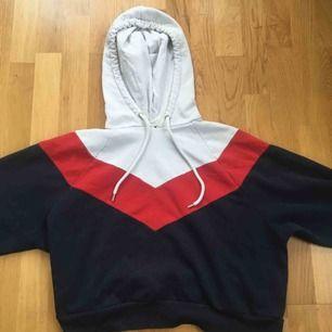 Detta är en kroppad hoodie från Monki som bara är använd några fåtal gånger men har tre rosa prickar som dessvärre inte kan tas bort i tvätten vilket gjort att jag sänkt priset. Den kostade 250kr när jag köpte den.