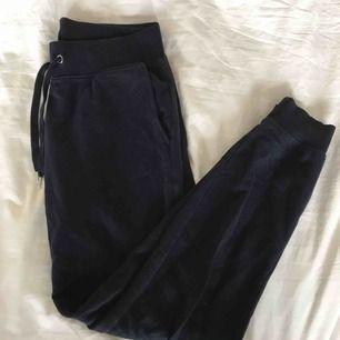 Ett par mörkblåa mjukisbyxor från Cubus. Använda ett fåtal gånger bara och därför i väldigt bra skick!! Inköpta för 199kr. köpare står för frakt!!❤️❤️😊