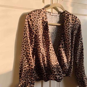 Fiiiiinaste blusen från NA-KD!! Leo-mönster i satin med djup v-ringning - finns dock en knapp lite längre upp om man vill knäpp. Använd endast två gånger! Köparen står för frakten 💛