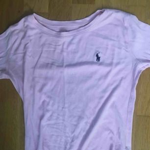 Denna Ralph Lauren långärmade tröjan är i fint skick och jag säljer den för att den är för liten. Den är i storlek M men i barnstorlek så ca XS. Jag kan möta upp köparen men också frakta om det skulle behövas, då står köparen för frakten❤️