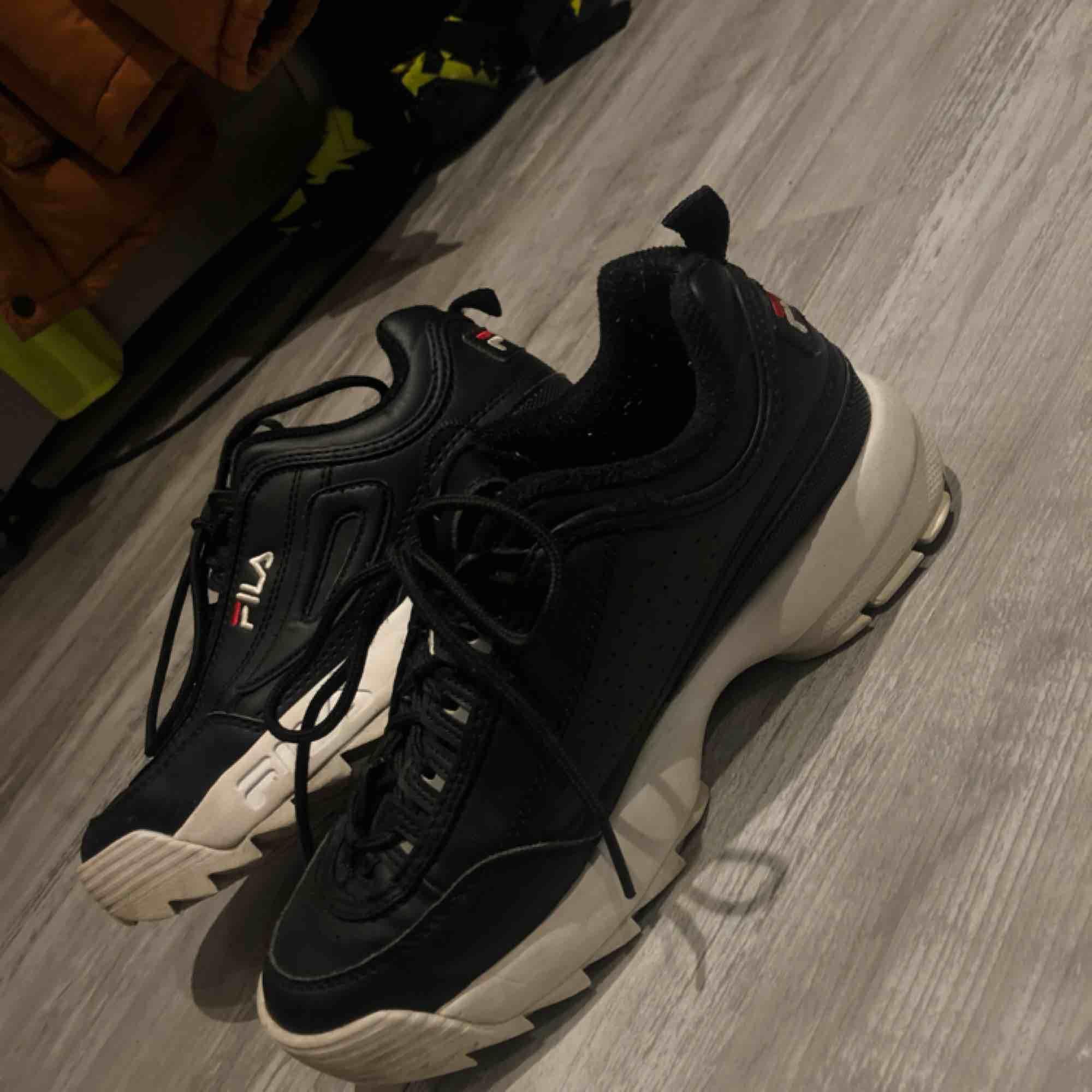 Svarta Fila skor, sparsamt använda. Frakt tillkommer🌸 . Skor.
