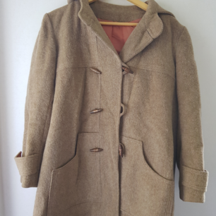 Duffel coat in wool imitation. Missing one button but you could easily move one of the buttons from the sleeve. 100 sek + shipping