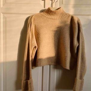 Stickad tröja med vida ärmar och hög krage från GinaTricot. Sand/beige färg - perfekt till hösten! Använd sparsamt. Köparen står för frakt 💛