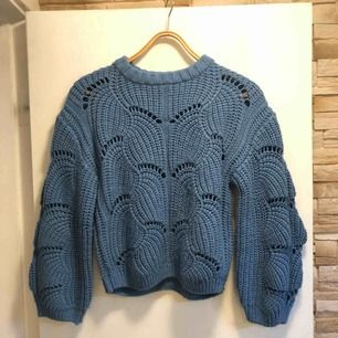 En blå stickad tröja från Gina, super fin men kommer tyvärr aldrig till användning🌸