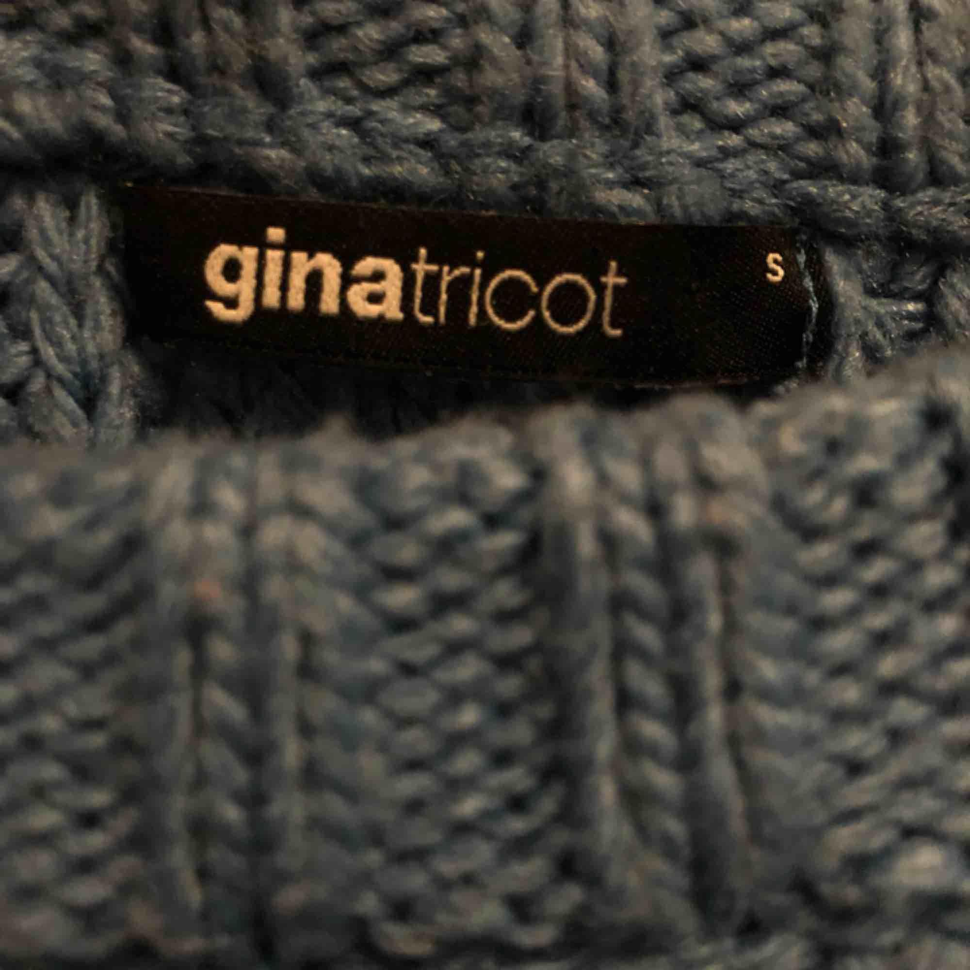 En blå stickad tröja från Gina, super fin men kommer tyvärr aldrig till användning🌸. Stickat.