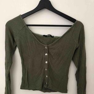 """""""Off shoulder"""" tröja från bikbok i storlek xsmall. Sitter riktigt snyggt på axlarna med snygga knappar som detaljer."""