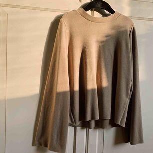 Mysig ribbad/stickad tröja med hög krage och vida ärmar. Sand/beige färg från Gina. Köparen står för frakt 💛