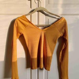 Väldigt snygg topp från Gina i en gul färg. Strl XS men väldigt stretchig!! V-ringning både fram och bak. Aldrig använd! Köparen står för frakt 💛