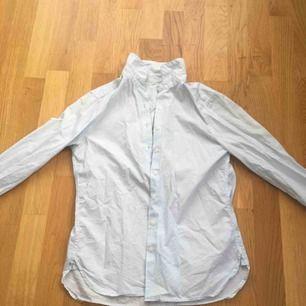 Denna skjorta är i en ljusblå kulör och väldigt basic. Tyvärr för liten och därför använder jag inte den så mycket. Kan mötas upp i Sthlm men också frakta om det skulle behövas, då står köparen för frakt❤️