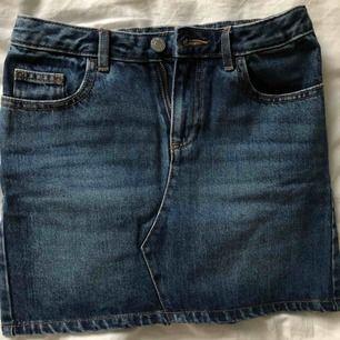 Säljer en superfin jeanskjol från Cubus, den är i bra skick och använd få gånger. 70 kr + 50 kr i frakt! Tar endast emot swish 💓